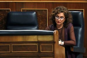La ministra de Hacienda, María Jesús Montero, en su escaño en el Congreso.