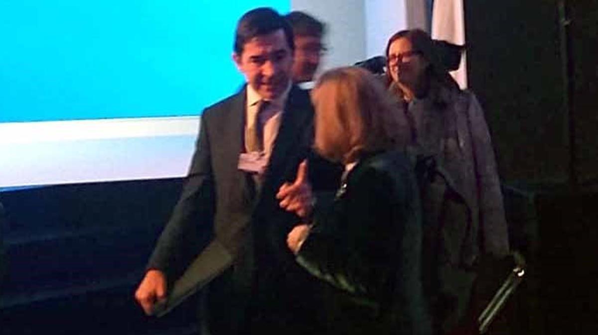 El presidentedel BBVA, Carlos Torres, de cara, con la ministra Nadia Calviño, de espaldas, en Davos.