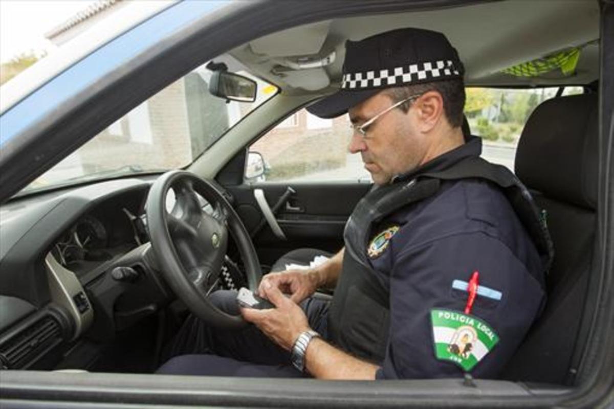 El único policía de Jun, Justo Ontiveros, comprueba si ha recibido tuits con avisos de vecinos antes de iniciar una ronda.