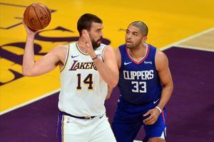 Marc Gasol controla el balón en presencia de Batum, de los Clippers, en un partido de la pretemporada