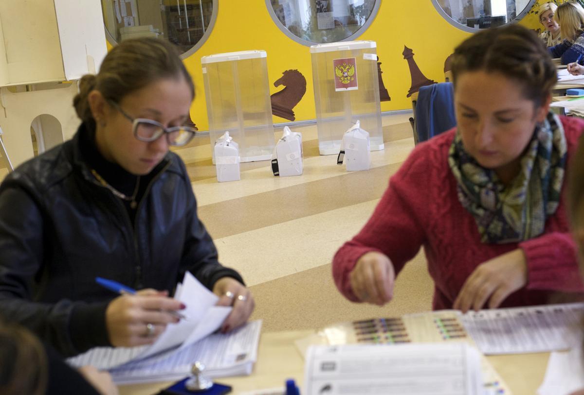 Preparación de un colegio electoral de cara a las elecciones de este domingo en Rusia.