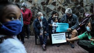 Protesta contra el desahucio de una familia con niños en Ciutat Meridiana, el 30 de octubre.
