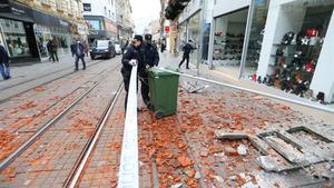 Varios policías acordonan una zona afectada por el terremoto de este martes en Zagreb, Croacia.