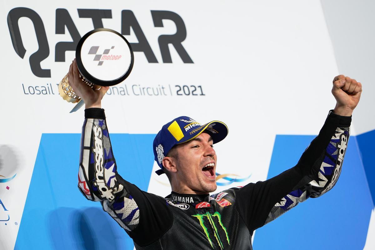 El catalán Maverick Viñales (Yamaha) celebra, en el podio de Losail, su primera victoria del año.