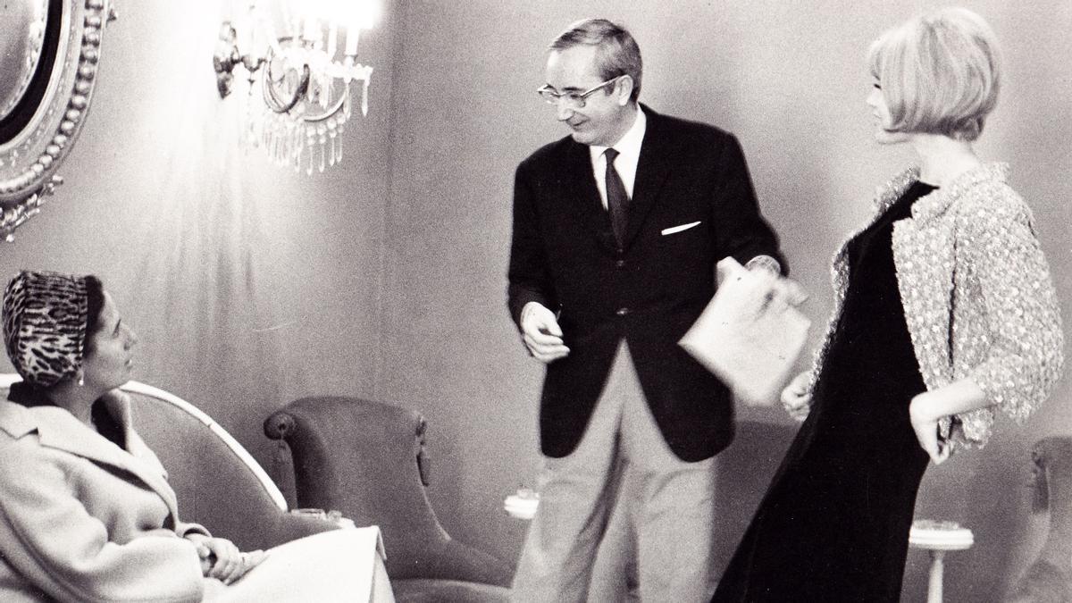 Barcelona   Exposicion en el Museo de Badalona sobre el modisto Pedro RoviraPere Rovira amb una clienta i Teresa Gimpera