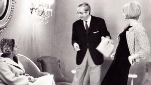 Pedro Rovira conversa con una clienta en presencia de Teresa Gimpera, en su taller de la Rambla del Prat de Barcelona, en 1963.