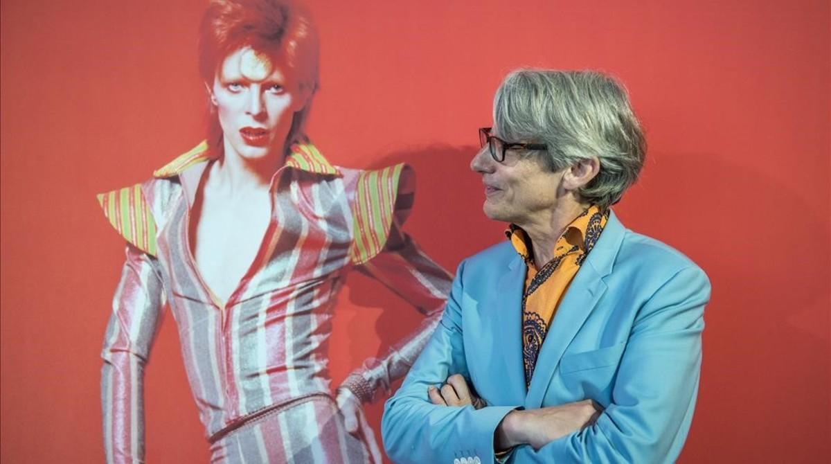 Geoffrey Marsh, junto a una imagen de Bowie en el Museu del Disseny.