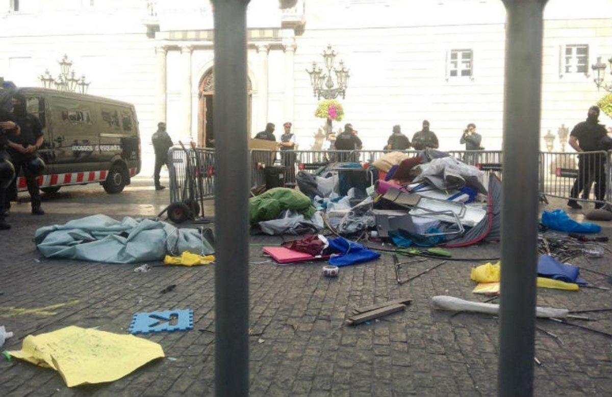 Els acampats es resisteixen a abandonar la plaça de Sant Jaume després del desallotjament