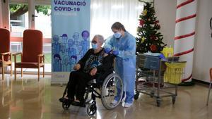Josefa Pérez del centro Feixa Llarga de L'Hospitalet de Llobregat, ha sido la primera mujer vacunada en Catalunya.