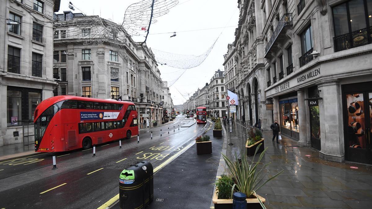 Una calle del centro de Londres luce vacía el mismo día en que varios países europeos se han puesto en alerta por la expansión de la variante del virus hallada en Reino Unido.