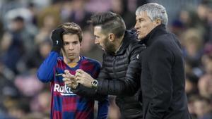 Riqui Puig escucha las instrucciones de Eder Sarabia, el ayudante de Quique Setién en el debut del cuerpo técnico en el Barça-Granada de enero.