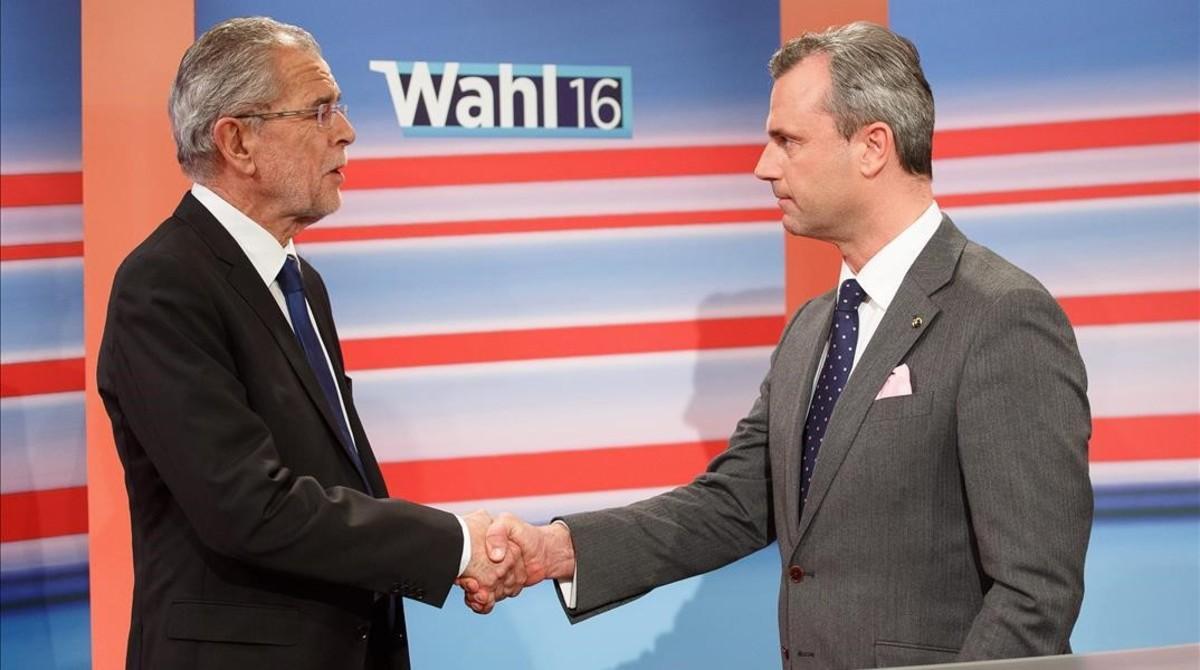El candidato ecologista (izquierda), y el ultranacionalista (derecha), se dan la mano en un programa de televisión.