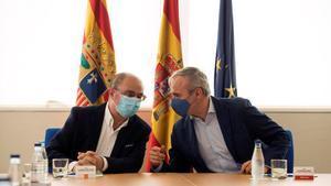 El presidente de Aragón, Javier Lambán, y el alcalde de Zaragoza, Jorge Azcón, este viernes, durante el anuncio de los controles casa por casa a los infectados por coronavirus.
