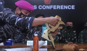 Las autoridades indonesias dan por hundido el submarino desaparecido. En la foto, un miembro de la Marina del país muestra restos y materiales que, según las autoridades, pertenecen al submarino.