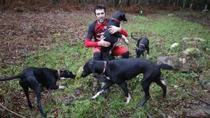 Alejandro Gómez con sus perros.