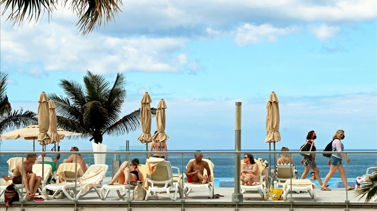 Turistas holandeses en la terraza del hotel RIU Gran Canaria, en Maspalomas, esta semana.