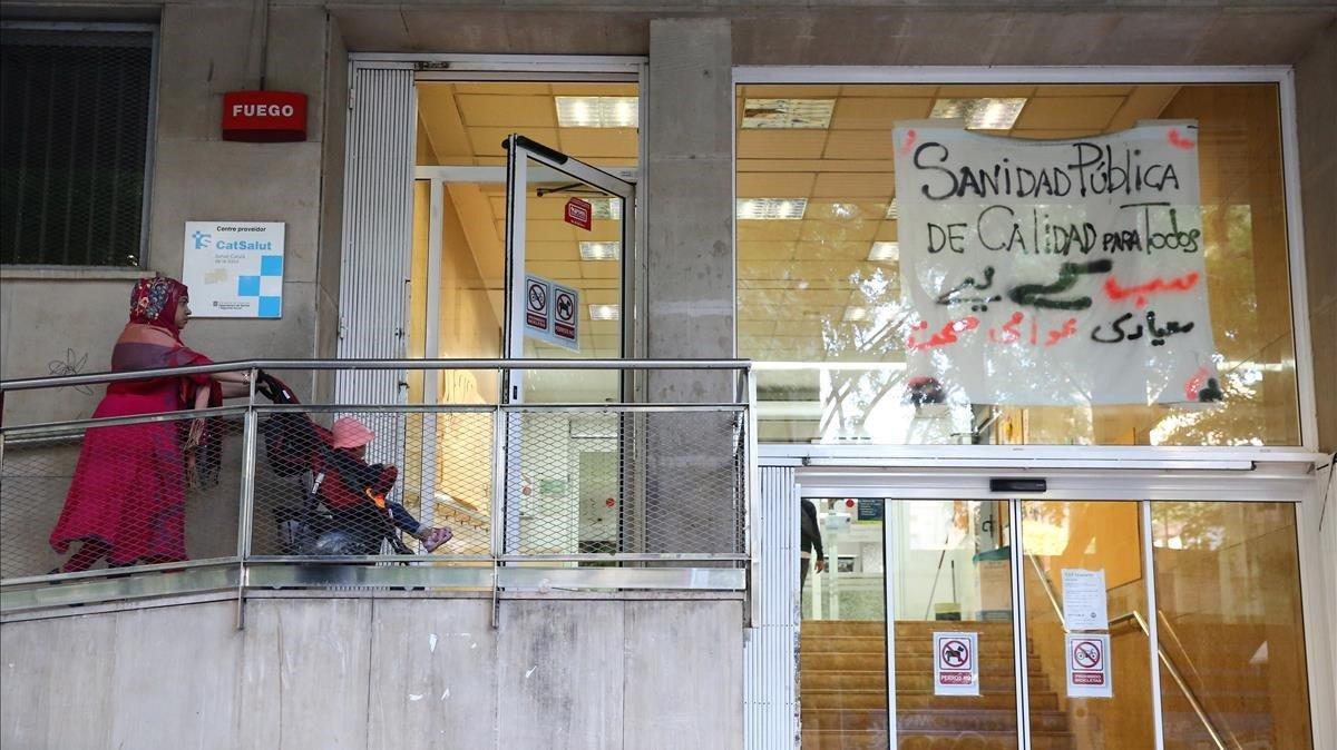 Una mujer en el CAP Drassanes de Barcelona.
