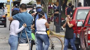 Una de las calles de Huatulco, en el sur de México, llena de gentetras registrarse el seísmo.