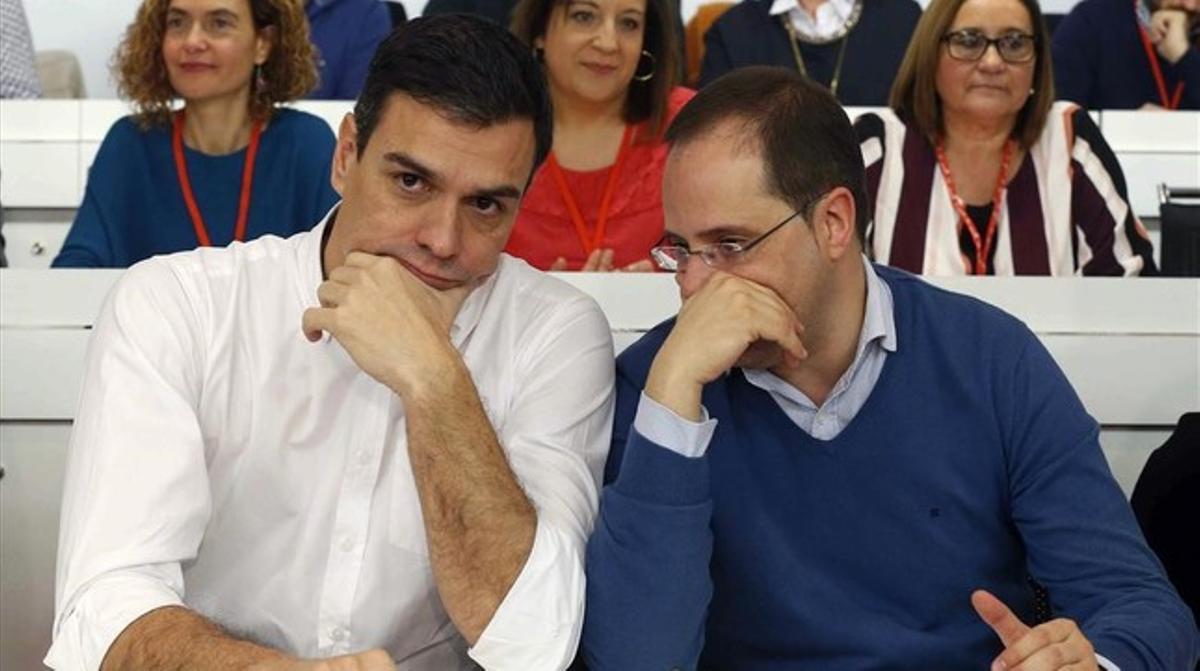 Pedro Sánchez conversa con Cesar Luena al inicio del comité federal en la sede del PSOE en Madrid.