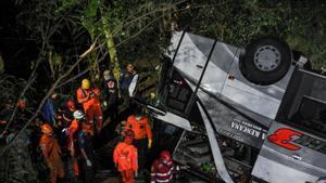Equipos de rescate junto al autocar siniestrado en Sumedang (Indonesia).