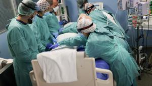 Sanitarios del Hospital de Sant Pau de Barcelona tratan a un paciente de covid ingresado en la uci, este jueves.