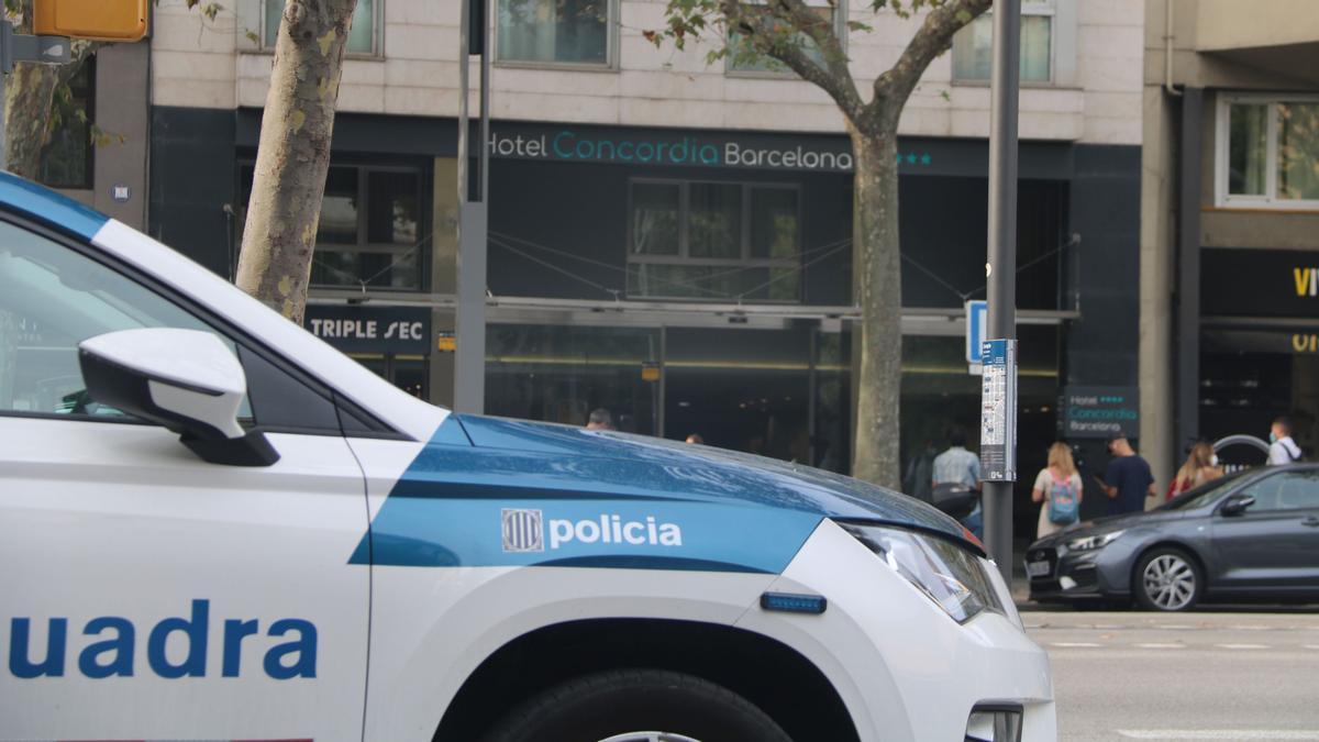 Un coche de los mossos d'esquadra frente al hotel Concordia en la avenida Paralel