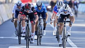 Alejandro Valverde, en el esprint final de la Lieja-Bastoña-Lieja, con la victoria de Tadej Pogacar.