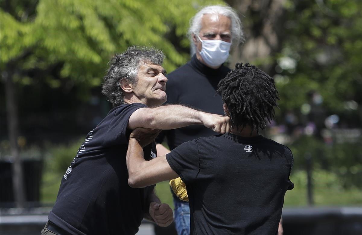 Dos hombres se enzarzan en una pelea en Washington Square Park.