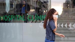 Mujer con mascarilla ante el Hospital Clínic de Barcelona.