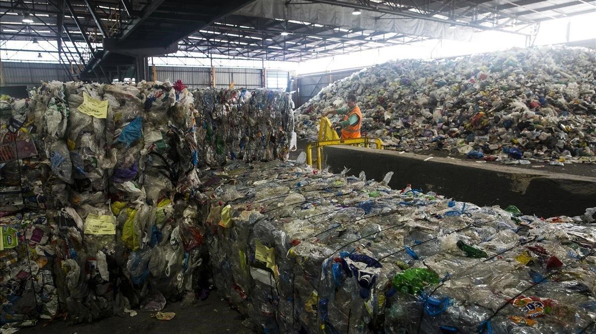 Vista interior de la planta de reciclaje de Gavà, donde se seleccionan los plásticos.