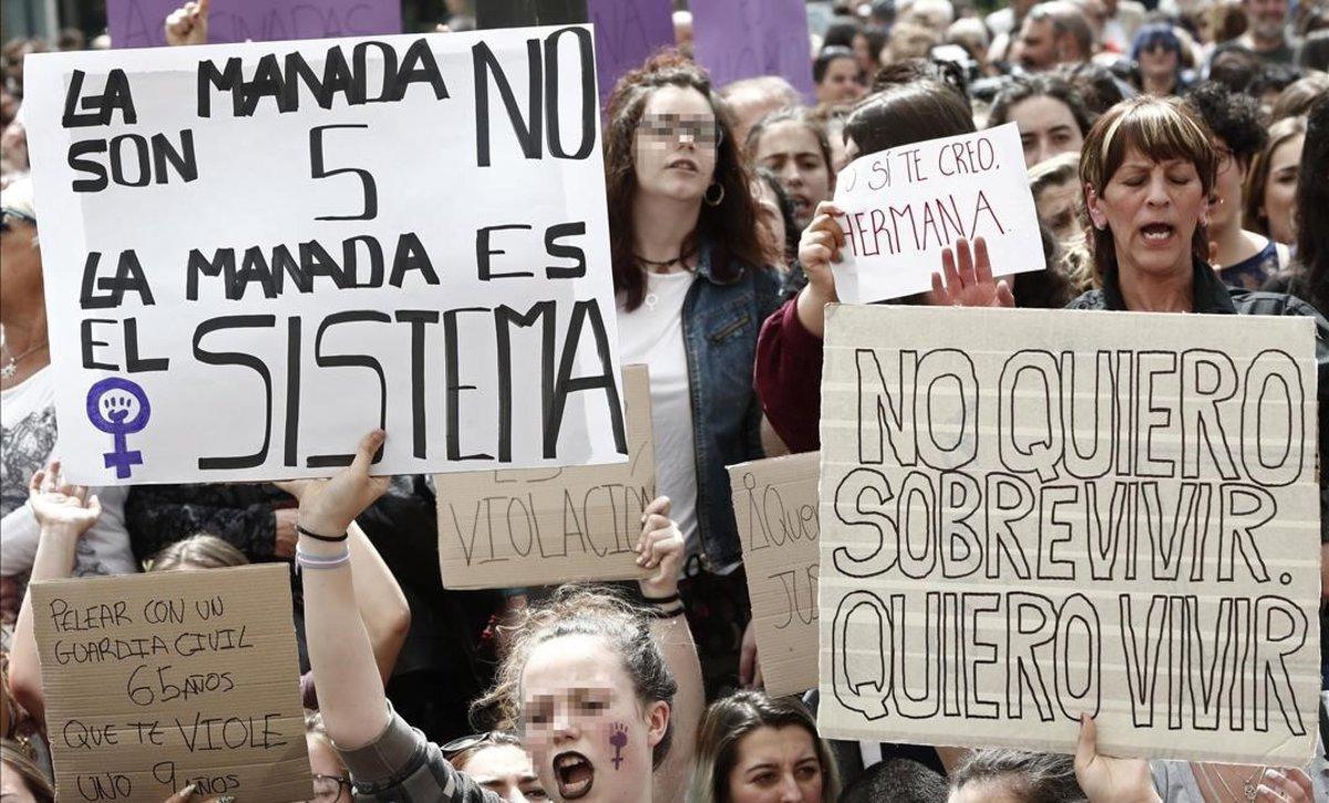 Cientos de personas concentradas ante el Palacio de Justicia de Navarra en protesta por la sentencia de la Audiencia Provincial que condenóa los cinco acusados de 'la Manada' por abusos sexuales, el pasado abril.