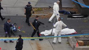 Una víctima mortal del atropello de Manhattan cubierta con una sábana.