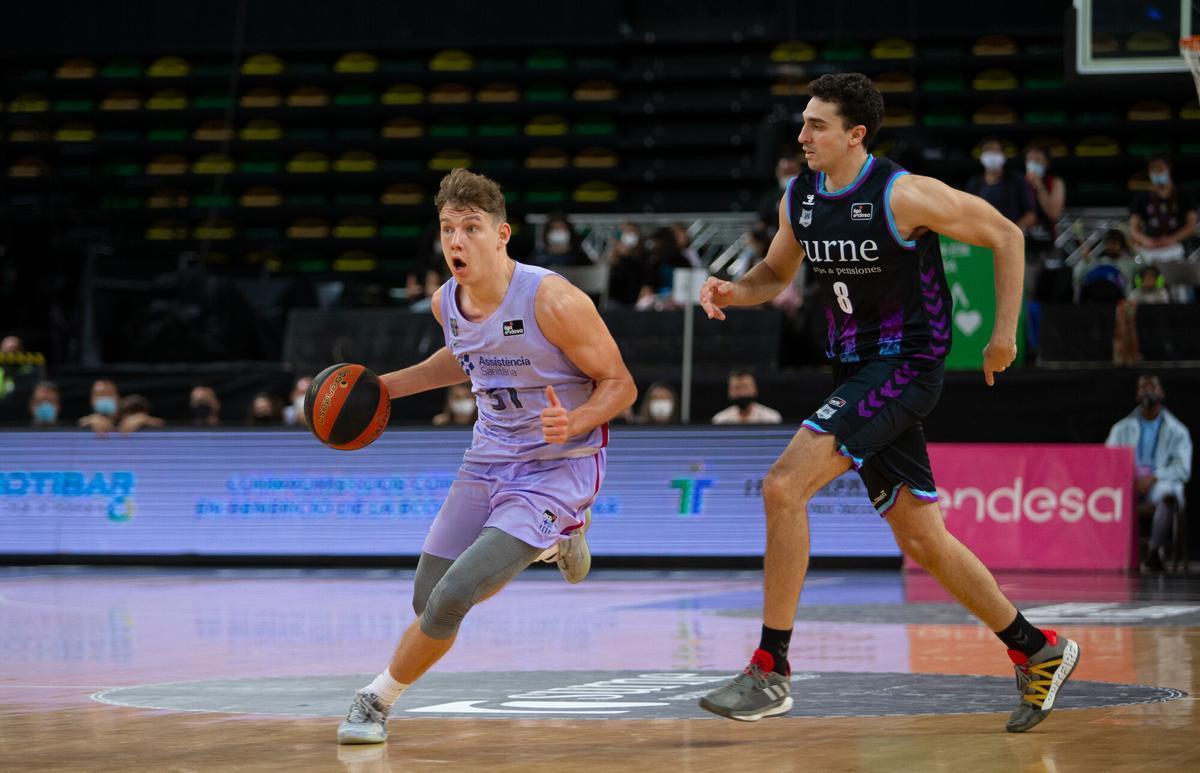 Jokubaitis conduce el balón, perseguido por Reyes en el partido de Mirabilla