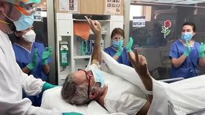 Carles Gonzàlez, rodeado de los aplausos de los sanitarios en el momento de su salida de la UCI del Hospital Clínic