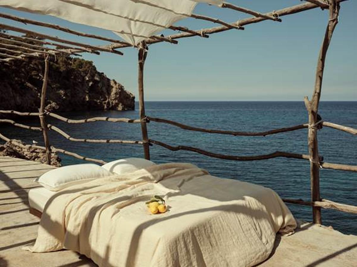 Mango lanza su primera línea de ropa para vestir el hogar inspirada en el Mediterráneo.