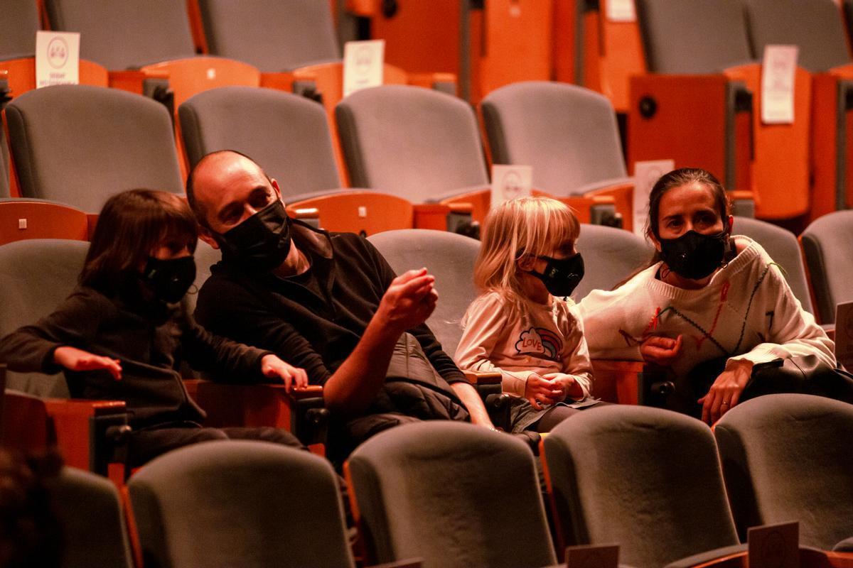 Una familia se prepara para asistir a una sesión en el Auditori de CaixaForum.