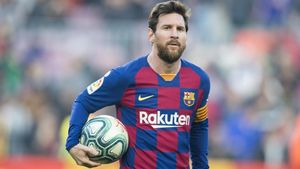 Messi, con el balón bajo el brazo, tras anotar cuatro goles contra el Eibar el pasado febrero.