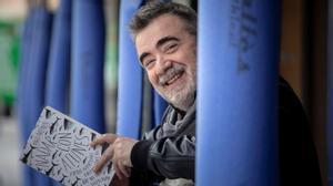 Pau Arenós, con su libro 'Nadar con atunes y otras aventuras gastronómicas que no siempre salen bien'.