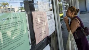 Una mujer consulta en una oficina de desempleo de California.