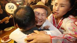 La surcoreana Lee Gyum-sum, de92 años, abraza a su hijo,el norcoreano Lee Sung-chul, de 71 años, durante los reencuentros intercoreanos de familiares.