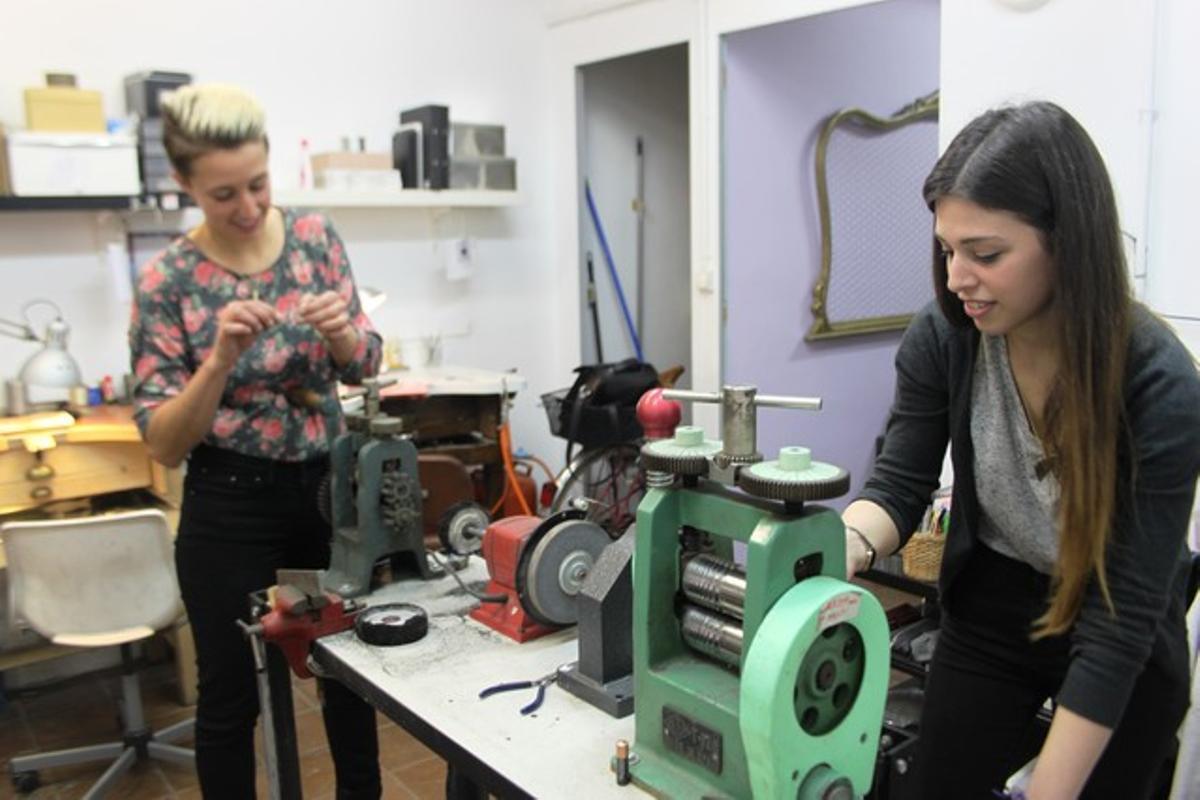 Anna Vila y Laura Sabatés trabajando en su taller del barrio de Gràcia en Barcelona.