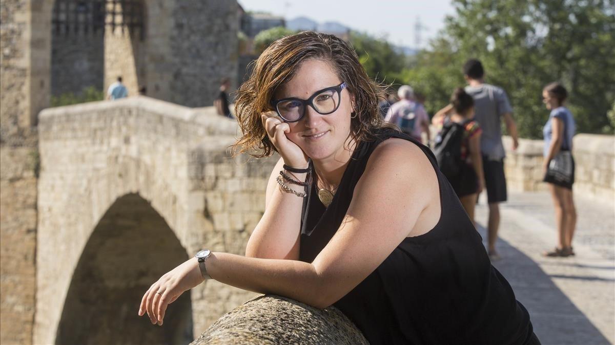 Nuri Rodríguez, en el puente románico de Besalú.