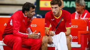 Bruguera habla con Carreño, en un descanso de la eliminatoria de Copa Davis, en Lille.
