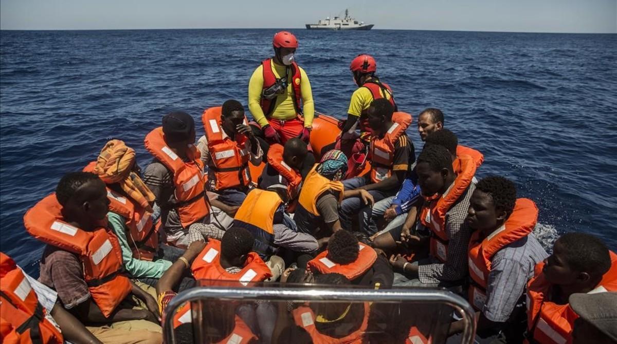 Rescate de refugiados en alta mar de la tripulación del 'Astral', en aguas exteriores de Libia, el 19 de julio.