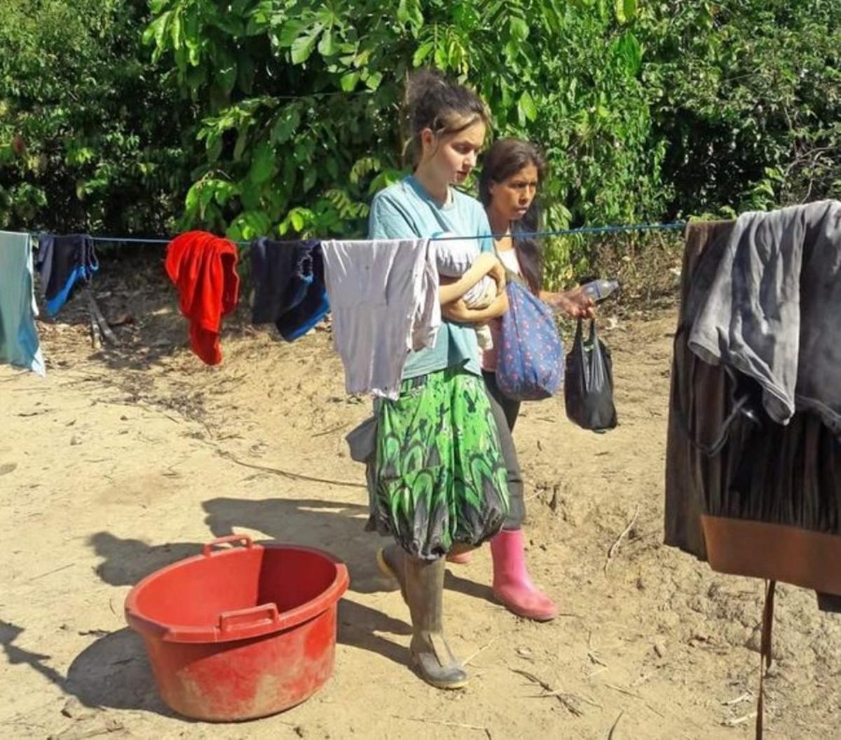 Patricia Aguilar, con su bebé, en la selva peruanadonde la rescataroncon desnutrición crónica.