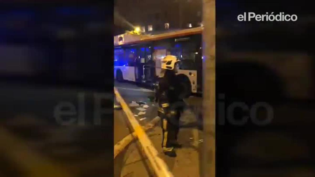 El autobus siniestrado en la calle de Doctor Ferran, en Barcelona