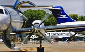 Aviones de Aerolíneas Argentinas en un aeropuerto bonaerense.