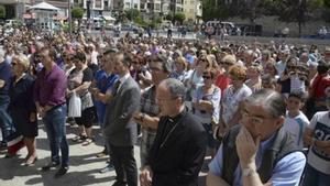 Concentración de repulsa, ayer, en Sabiñánigo, a la que asistió el obispo de Huesca, Julián Ruiz.