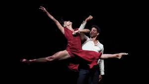 Un momento de la actuación de la compañía Acosta Danza, con Calos Acosta en escena , en Peralada, el jueves.