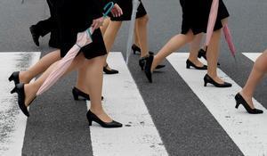 Un grupo de mujeres se dirigen a sus trabajos en Tokio.